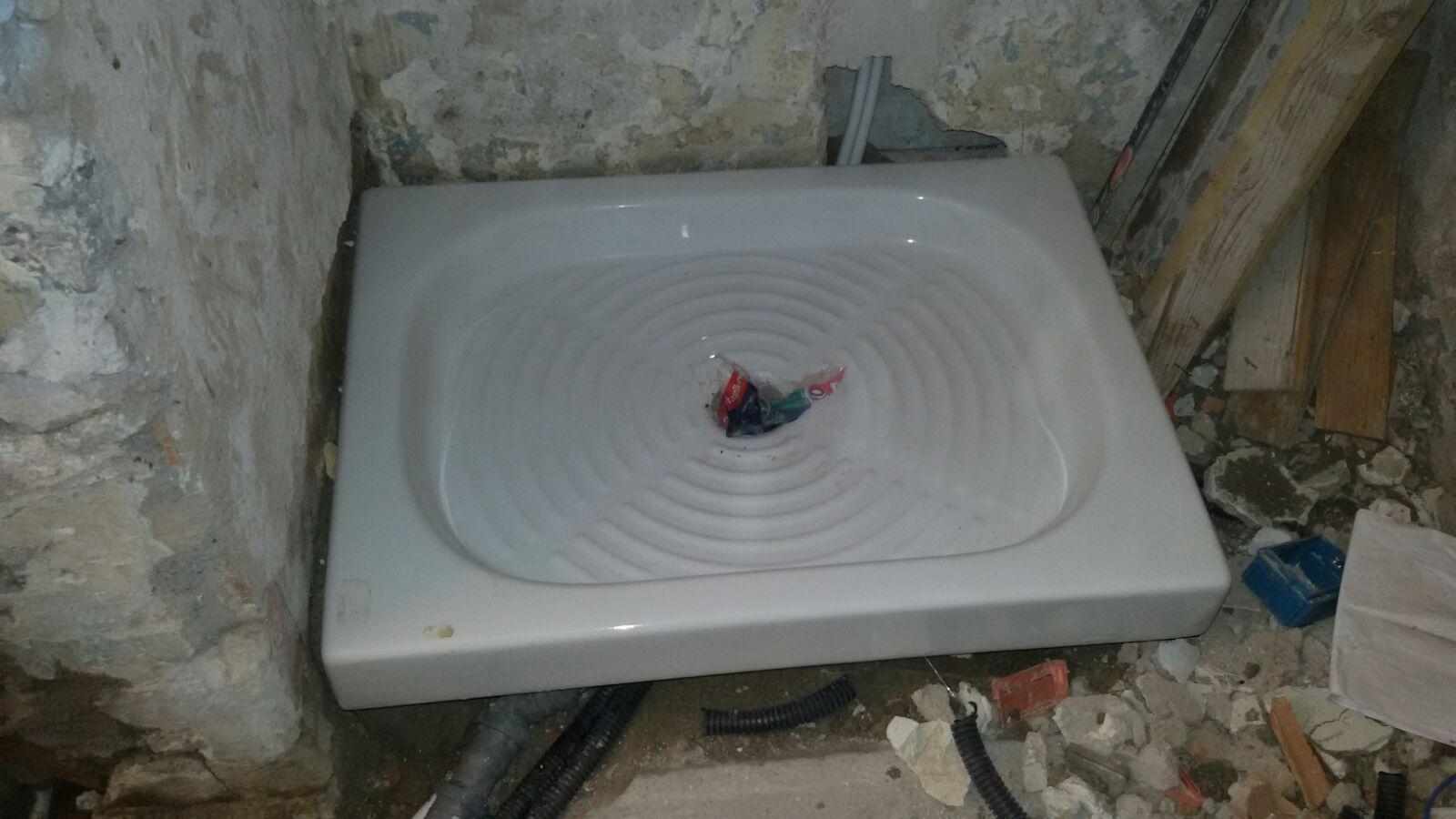 Rifacimento completo di un bagno con rimozione dei sanitari, pavimenti e rivestimenti pareti ...